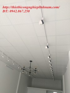 đèn chiếu sáng cửa hàng